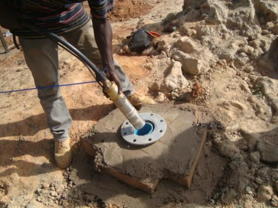 Apaiser la soif : forage de puits par l'association «Nouvelle optique»